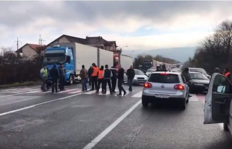 На Закарпатье дальнобойщики заблокировали дорогу к КПП «Ужгород» (видео)