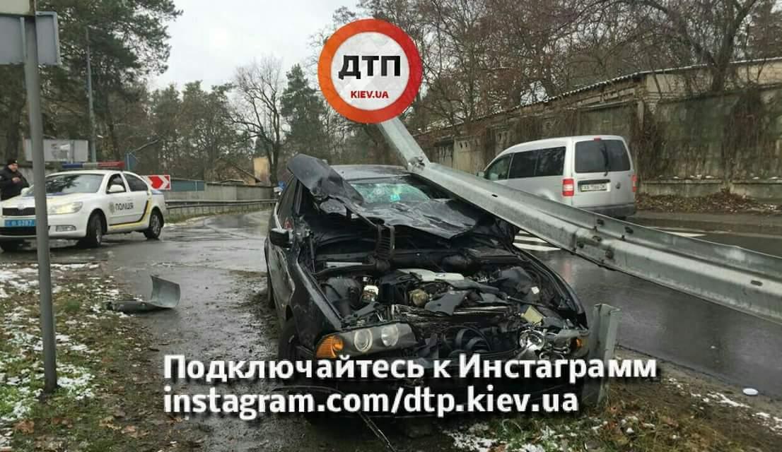 Под Киевом водитель BMW врезался в ограждение (фото)