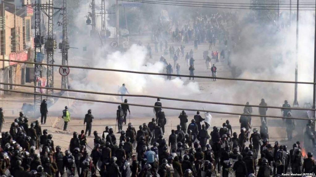Столкновения полиции с протестующими в Пакистане: Сотни раненых