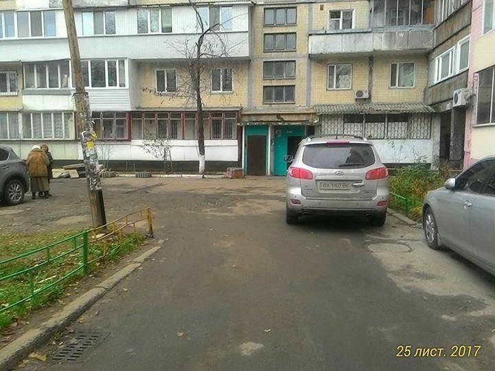 В Киеве водитель заблокировал проезд автобусу ритуальной службы (Фото)