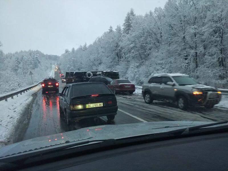 На трассе Львов-Ивано-Франковск на заснеженной трассе произошло ДТП (фото)