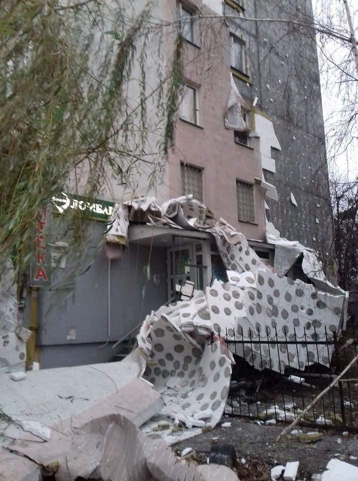 В столице в одной из многоэтажек обрушилась облицовка (фото)