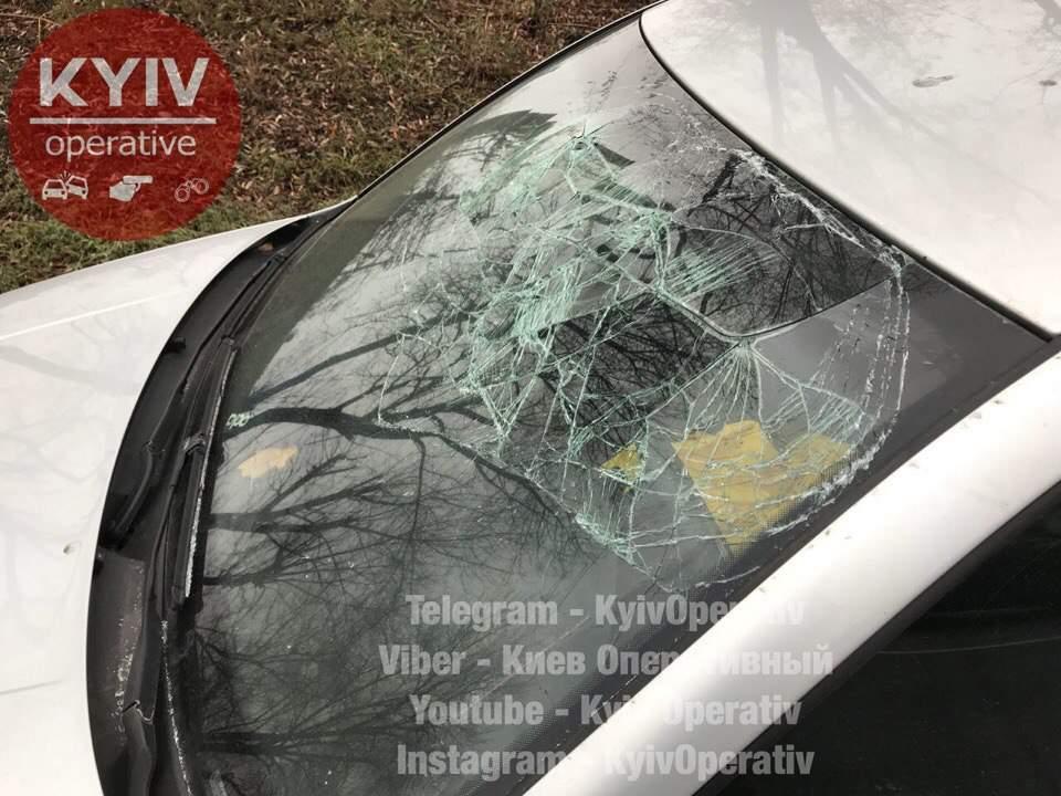 В столице неадекватный водитель без штанов бросался под машины и разбил свое авто (Видео)