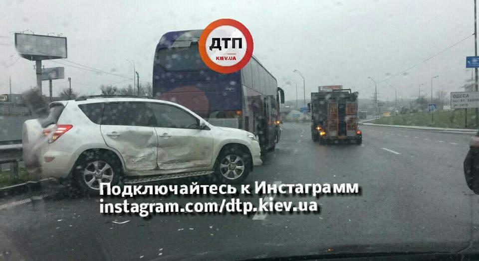 В Киеве произошла масштабная авария с участием автобуса и нескольких авто (Фото)