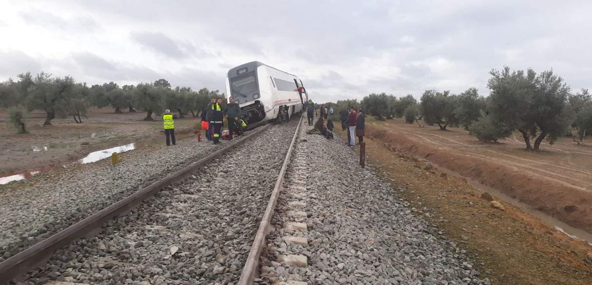 В Испании на затопленном участке с рельсов сошёл поезд (фото)