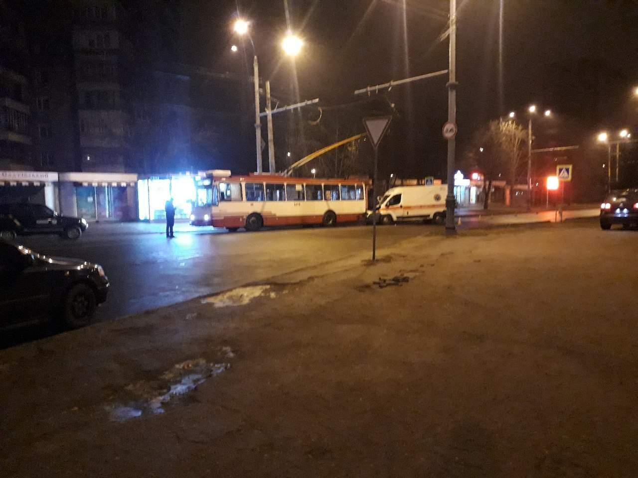 В Харькове столкнулись троллейбус и скорая (Фото)