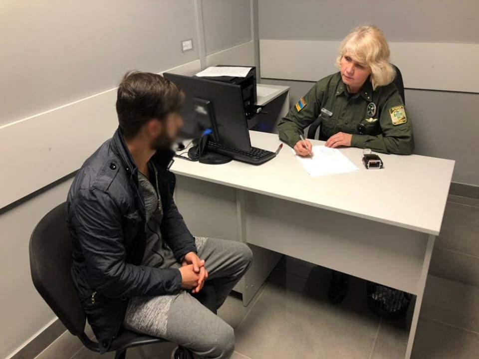 Одесские пограничники задержали иностранцев с поддельными визами (Фото)