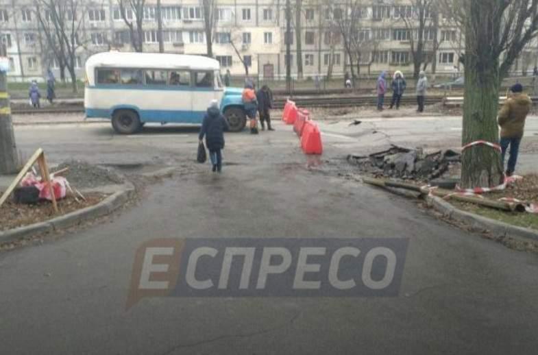 В столице в Святошинском районе провалился асфальт (фото)