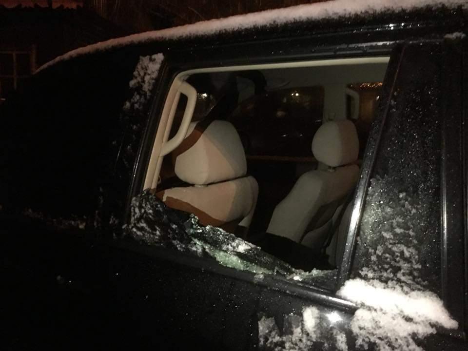 Неизвестные порезали колёса и разбили окна в автомобиле экс-министра ЖКХ (фото)