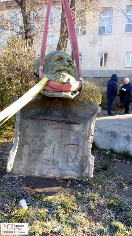 В Одесской области демонтировали двухметровый бюст Карла Маркса (фото)
