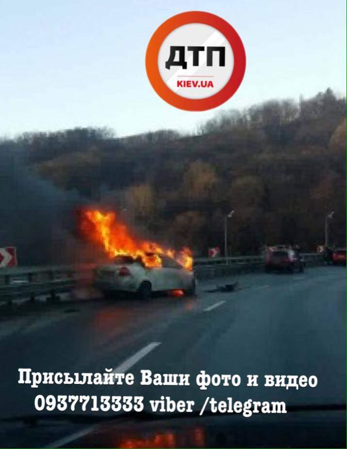 В Киеве на Дарницком мосту сгорела легковушка (фото)