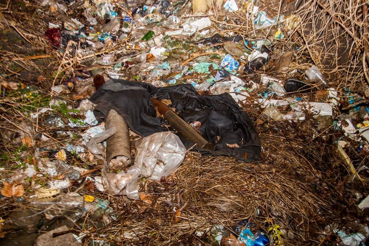 В Днепре в канаве с мусором обнаружили противотанковый снаряд (фото)