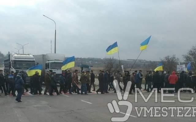 В Запорожье пенсионеры МВД вышли на акцию протеста и перекрыли трассу (фото)