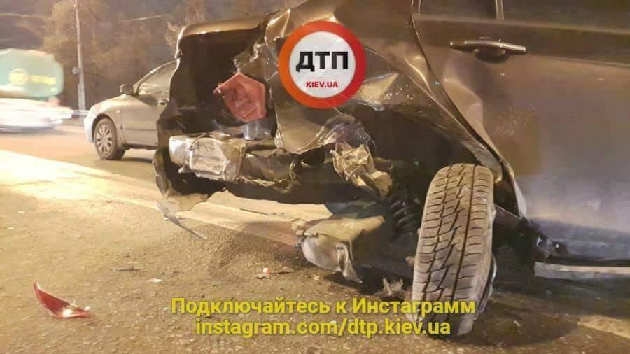 В Киеве произошло серьезное ДТП: есть пострадавшие (фото)