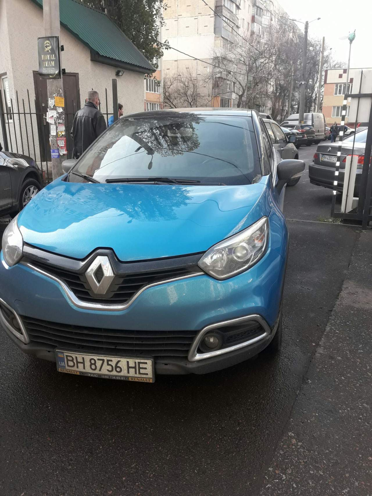 «Паркуюсь, где хочу»: В Одессе женщина припарковала автомобиль прямо на выезде из парковки (фото)