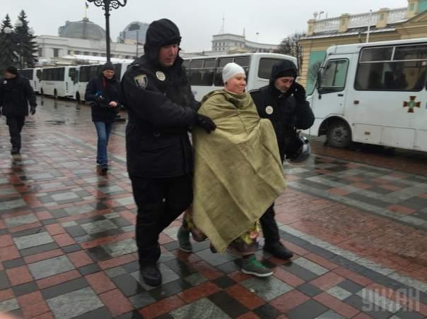 """Обнаженная участница Femen """"послала"""" Порошенко и Саакашвили (Фото)"""