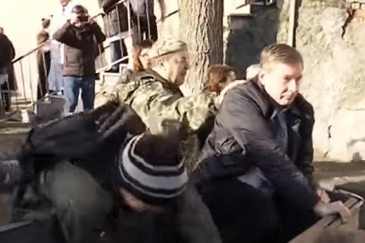 В Днепре АТОшники бросили главврача в мусорник (Видео)
