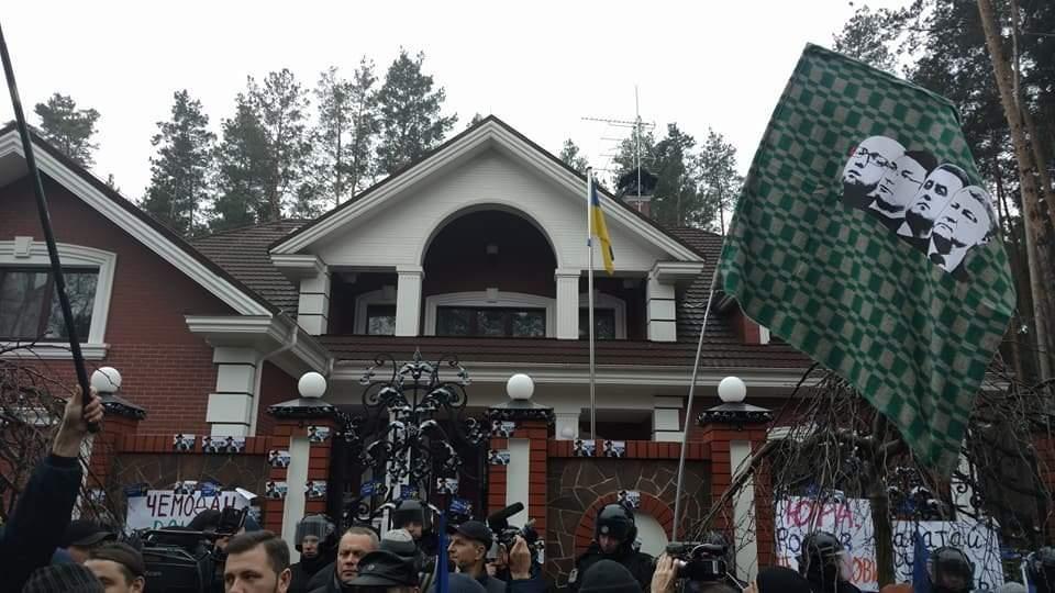 У дома Луценко произошли первые столкновения. Активисты пытаются перелезть через забор (Фото)