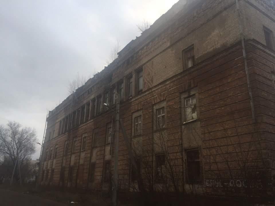 В Харькове с полуразрушенного здания летят кирпичи (Фото)