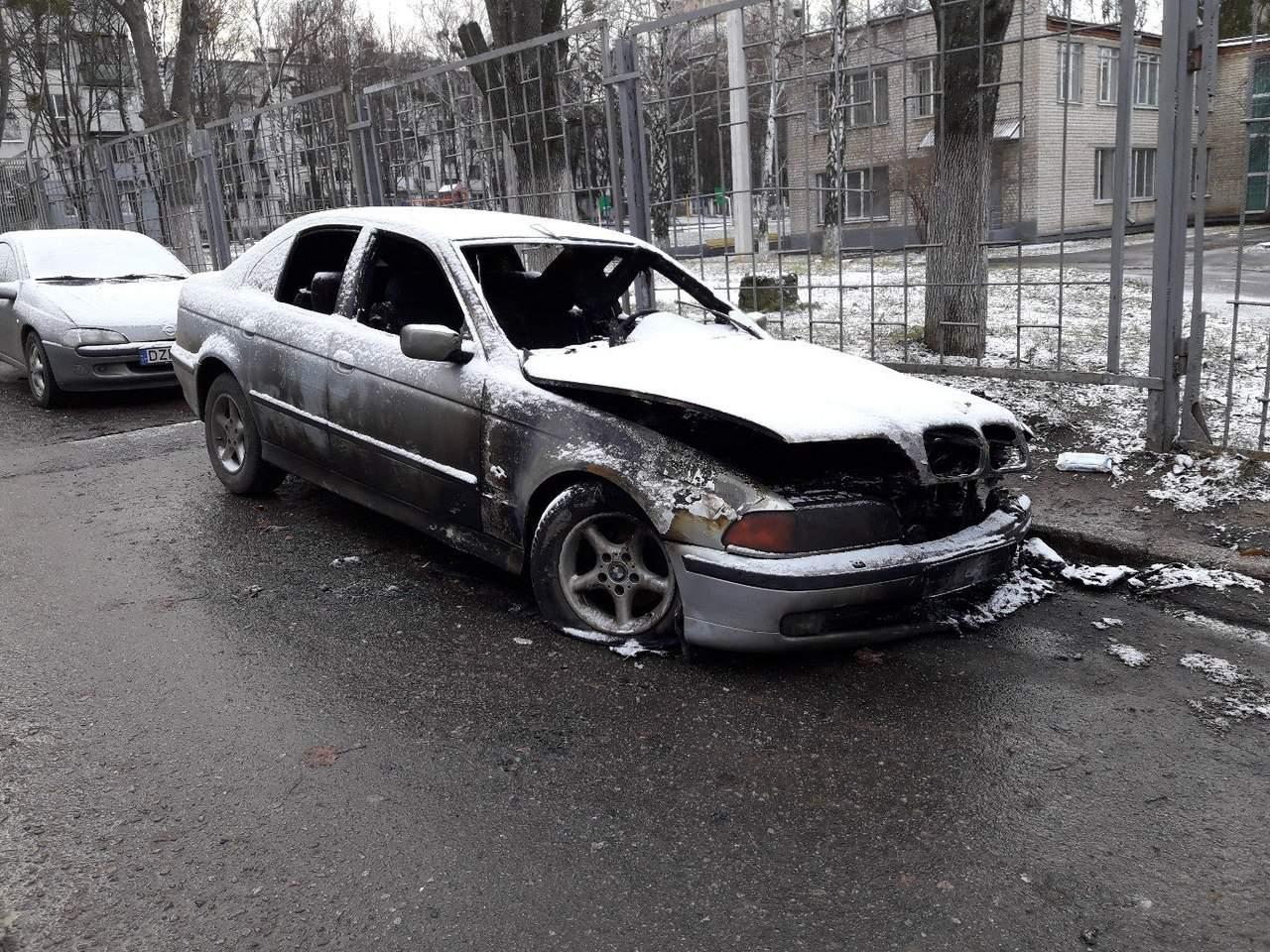 В Харькове возле одной из школ сожгли автомобиль (фото)