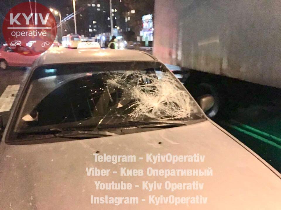 В Киеве таксист сбил на пешеходном переходе мужчину (Видео)