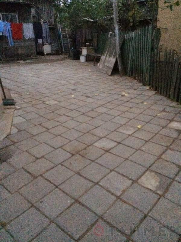 В Белгороде-Днестровском местные жители выложенную в городе плитку сняли и положили в своем дворе (фото)