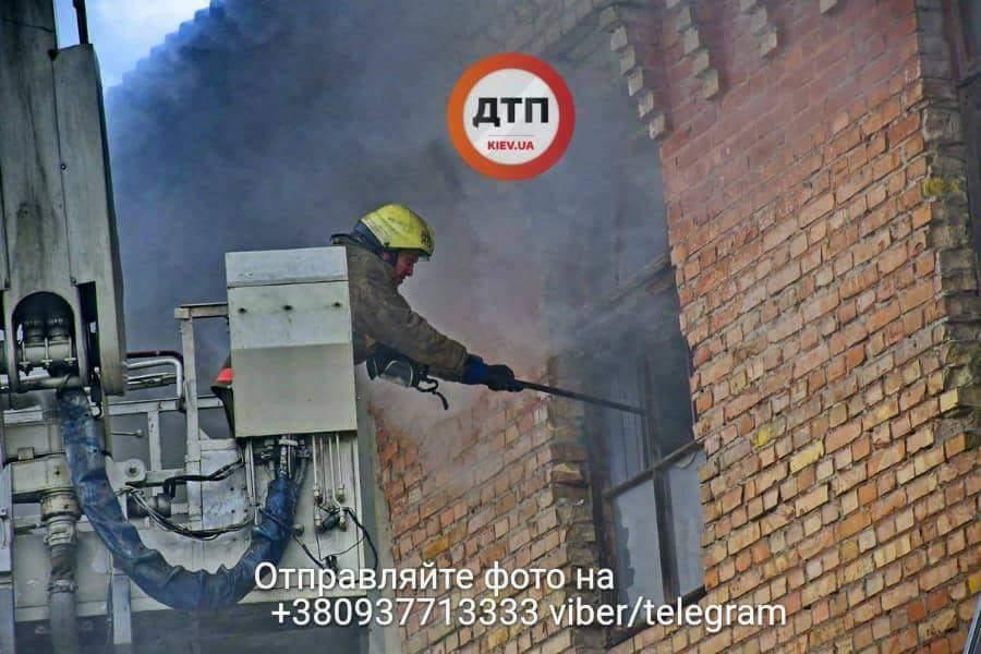 В Киеве горел офис-склад с фурнитурой для ванн (фото)
