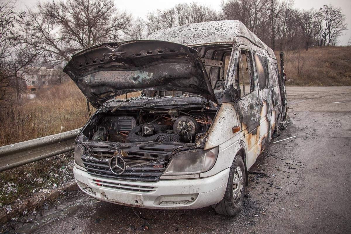 В Днепропетровской области на трассе сгорел микроавтобус (фото)