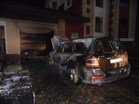 На Ровенщине неизвестные сожгли авто депутата (Фото)