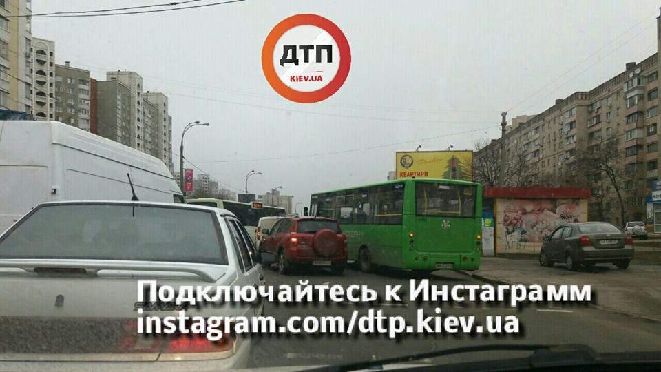 В столице маршрутка не разминулась с попутным транспортом (Фото)