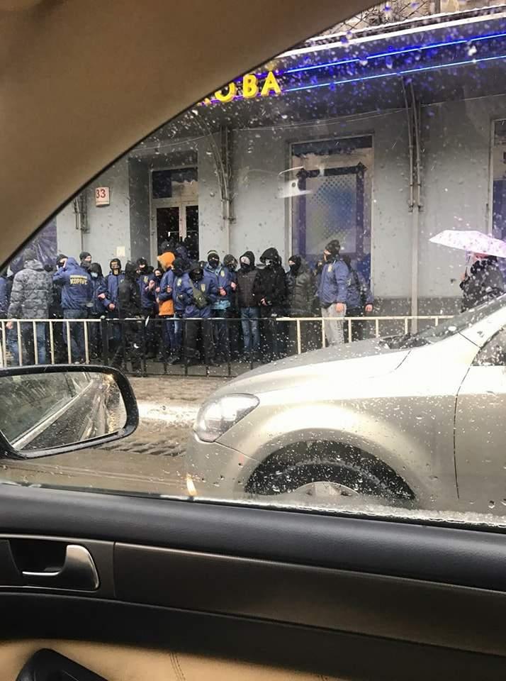 Во Львове активисты НК в масках напали на заведение национальной лотереи