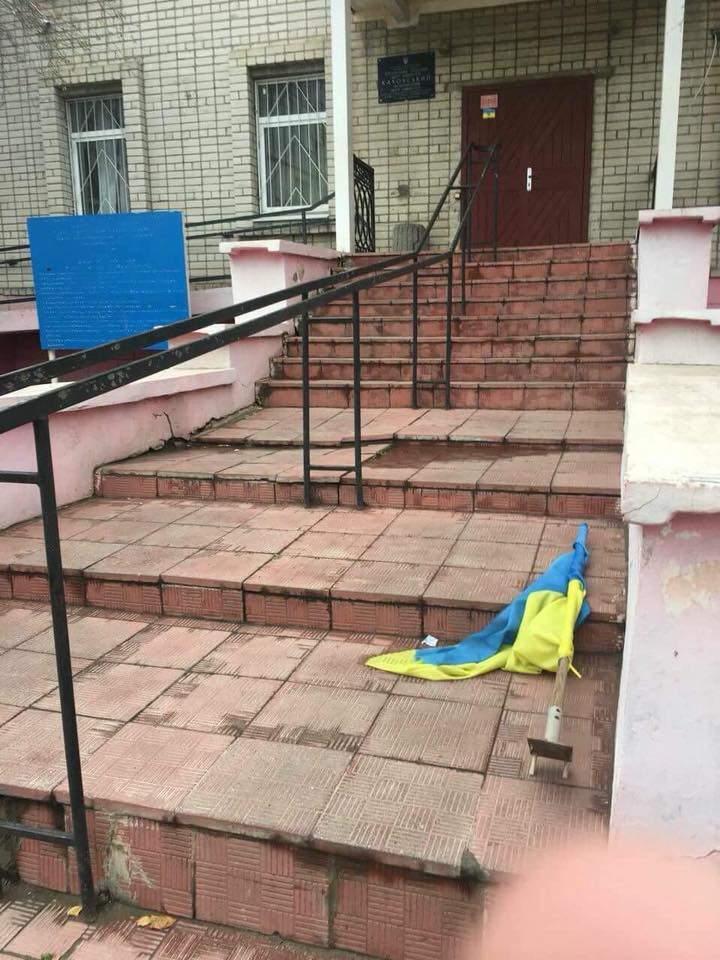 В Херсонской области неизвестные сорвали флаг с Центра занятости (фото)