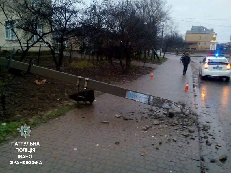 В Ивано-Франковске водитель автобуса врезался в столб и сбежал с места ДТП (фото)