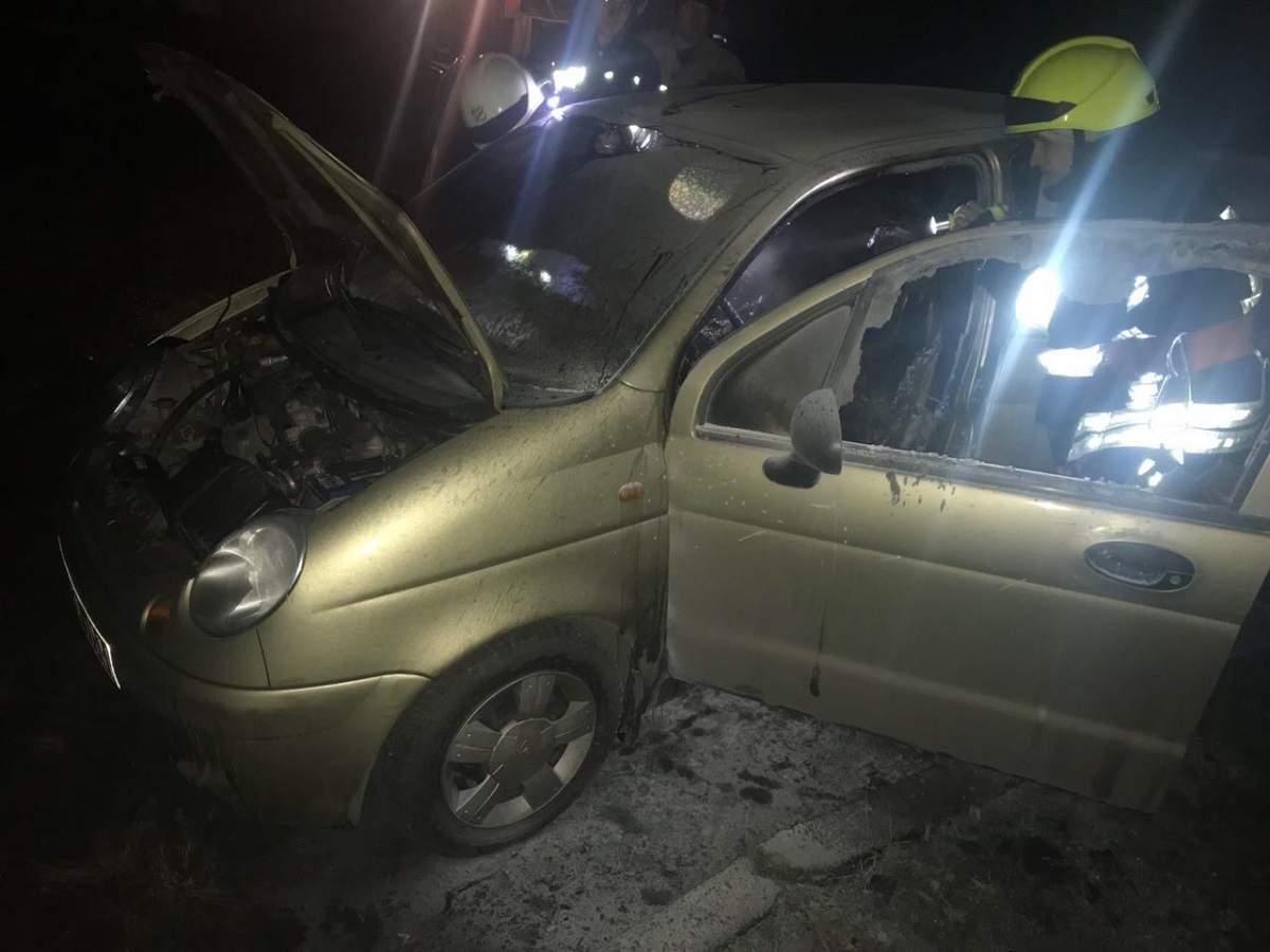 В Днепре на территории школы № 125 неизвестные подожгли автомобиль (фото)