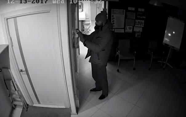 В столице неизвестный украл деньги из боксов для пожертвований (Видео)