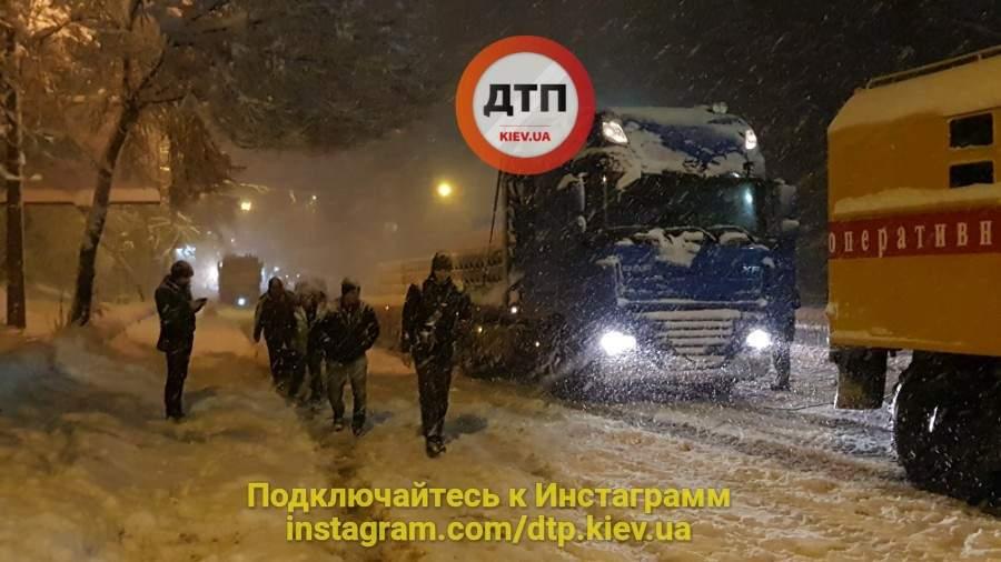 Столичный мэр ночью вышел помогать спасателям (Фото)