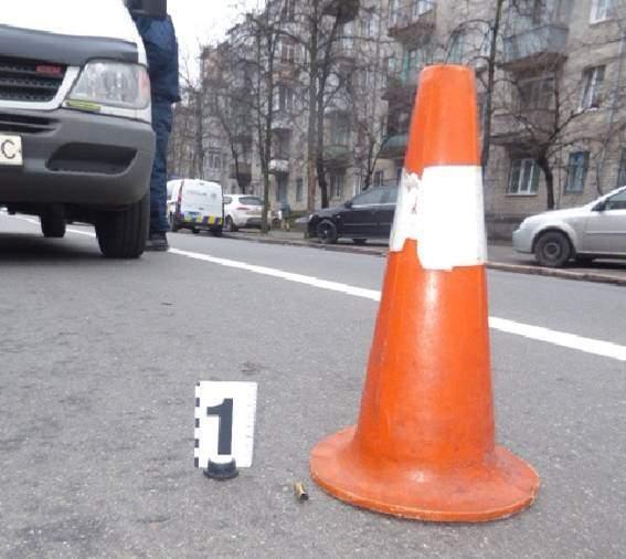 В Киеве неизвестный обстрелял микроавтобус с 19-летним водителем (фото)
