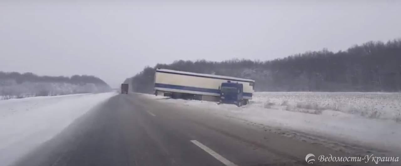 Трасса Одесса-Киев продолжает находиться в снежном плену (видео)