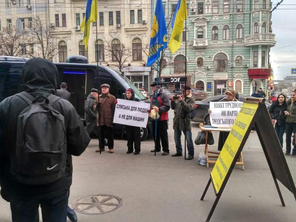 В Харькове перед здание горсовета проходит митинг (Фото)