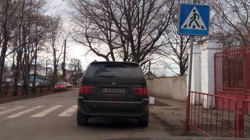 Автохамы Одессы нарушают правила парковки около школы угрожая жизням детей (фото)