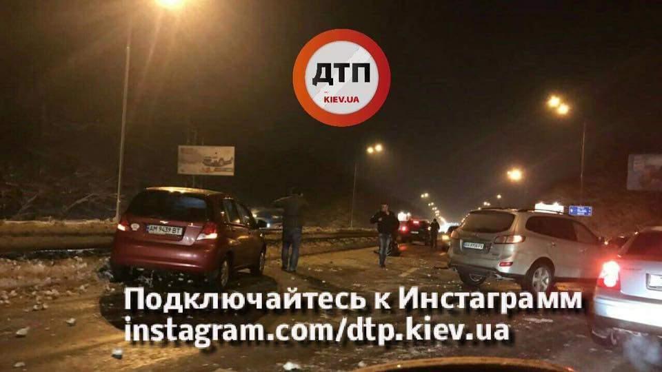 В Киеве произошло масштабное ДТП с участие сразу пяти машин