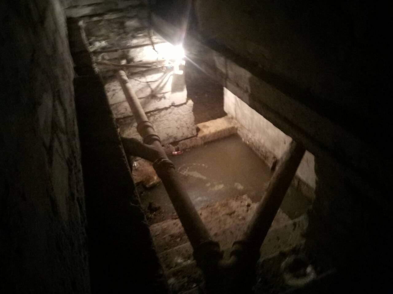 В Харькове в многоэтажном доме прорвало канализацию и затопило подвал (фото)