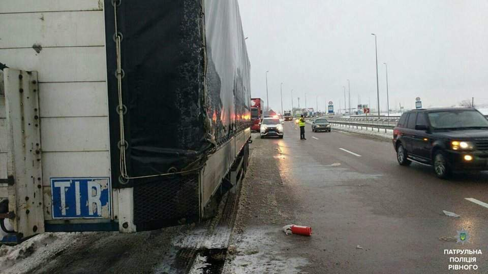 10 огнетушителей понадобилось ровенским патрульным, чтобы потушить горящий автомобиль  на автодороге Киев-Чоп (Фото)