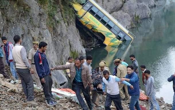 В Индии в результате падения автобуса в реку погибли 32 человека (фото)