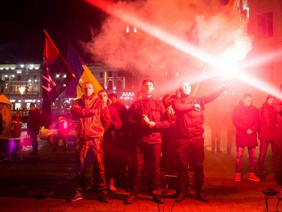 В Черновцах  под огонь факелов националисты почтили погибших буковичан