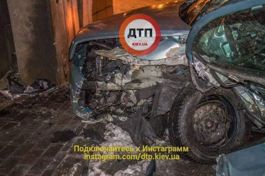 В Киеве  Skoda Octavia врезалась в опору путепровода  (Фото)
