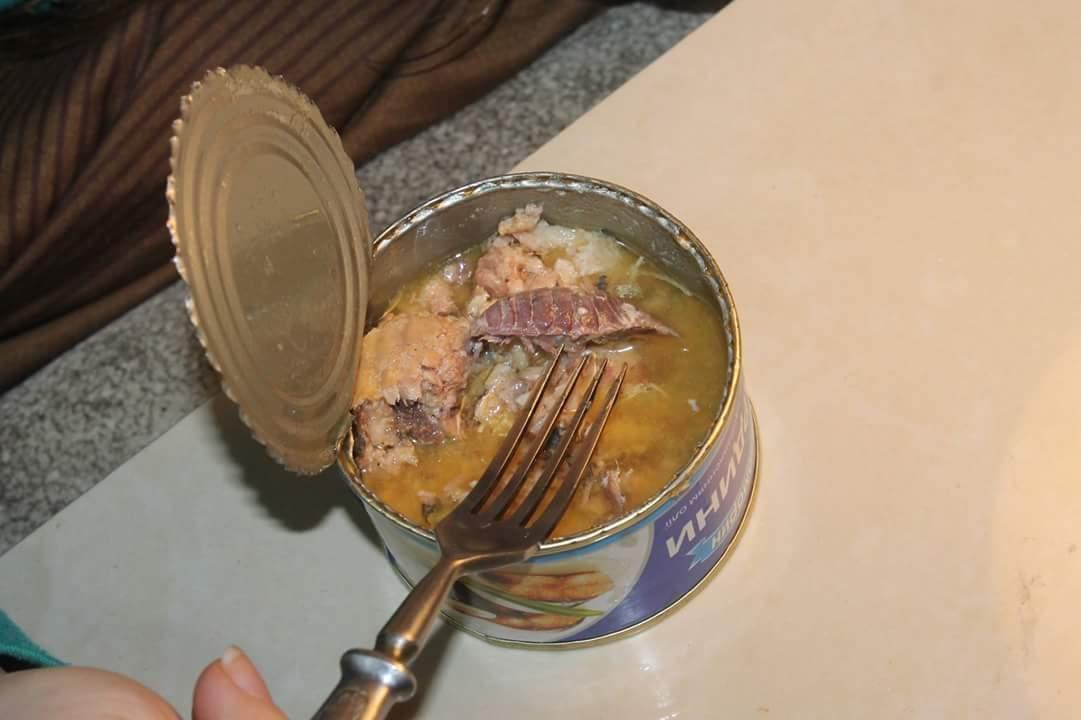 В Киеве в известной всем консерве обнаружили огромного таракана (фото)
