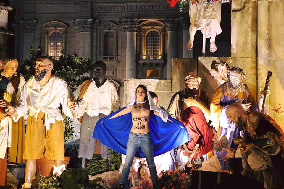 Участница Femen разделась в Ватикане (Фото)