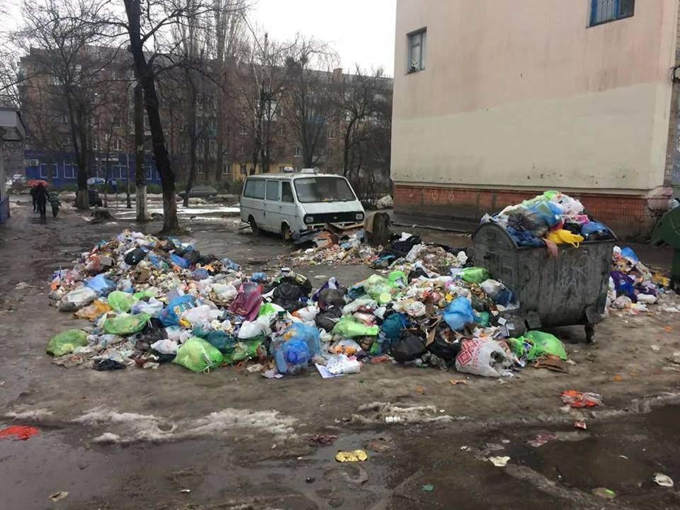 В Киеве одна из улиц превращается в свалку (Фото)