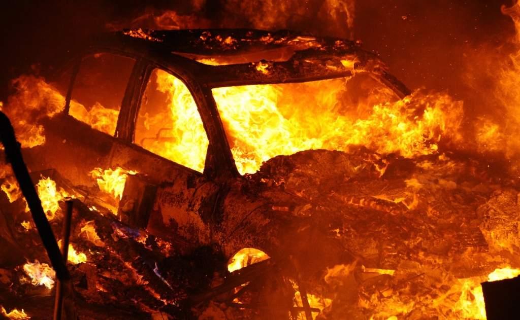 Под Киевом во дворе дома сгорело два авто (Видео)